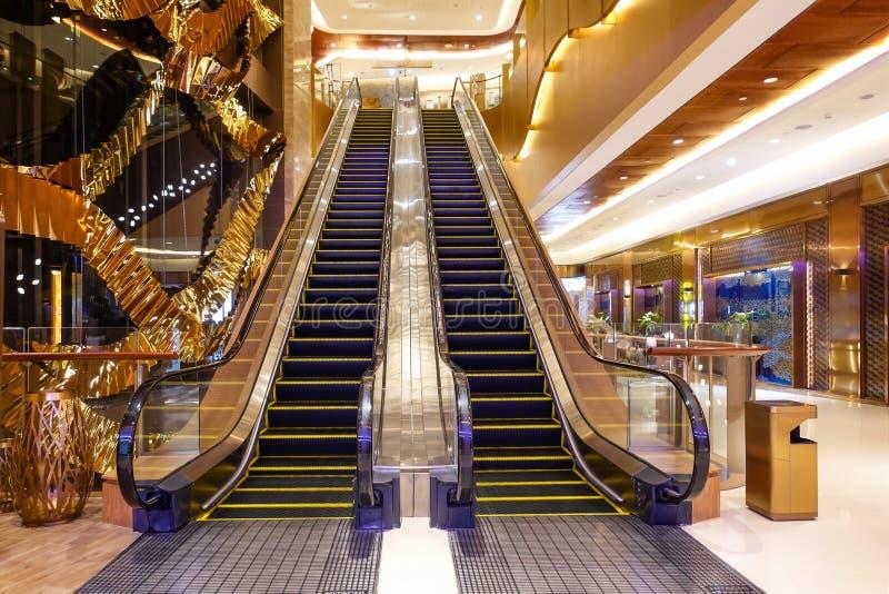 Ανελκυστήρας πολυτέλειας στη σύγχρονη εμπορική αίθουσα ξενοδοχείων οικοδόμησης στοκ φωτογραφίες
