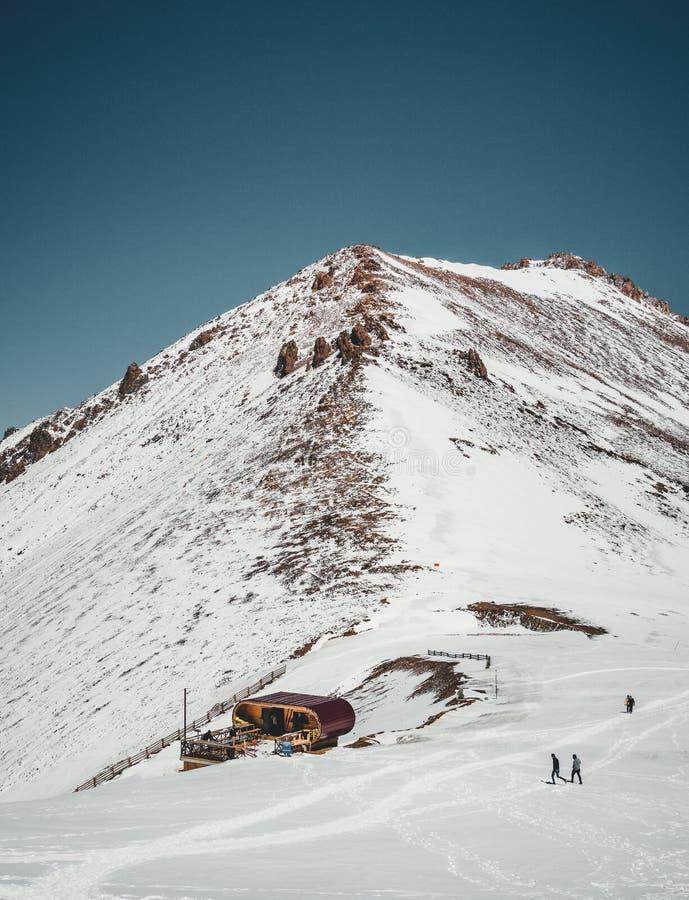 Ανελκυστήρας στα βουνά του Αλμάτι Χιονοδρομικό κέντρο τώρα-καλυμμένο ξενοδοχείο Tian Shan Shymbulak στην πόλη του Αλμάτι, Καζακστ στοκ εικόνα