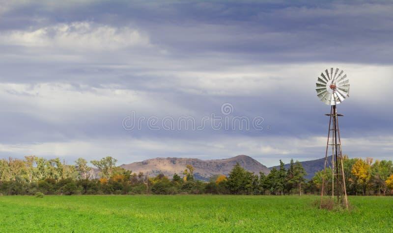 Ανεμαντλία σε ένα αγρόκτημα στοκ εικόνες με δικαίωμα ελεύθερης χρήσης