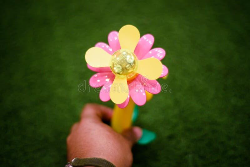 Ανεμιστήρας λουλουδιών παιχνιδιών για τα παιδιά στοκ εικόνα