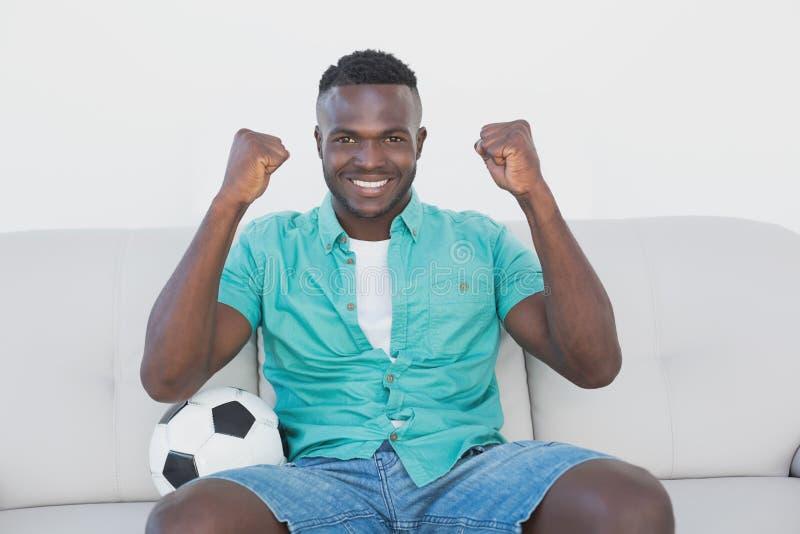Ανεμιστήρας ποδοσφαίρου ενθαρρυντικός προσέχοντας τη TV στοκ φωτογραφίες με δικαίωμα ελεύθερης χρήσης