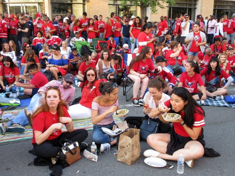 Ανεμιστήρες κεφαλαίων της Ουάσιγκτον που τρώνε και που περιμένουν έξω στοκ εικόνα