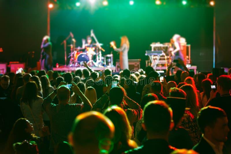 Ανεμιστήρες στη συναυλία στοκ φωτογραφία με δικαίωμα ελεύθερης χρήσης