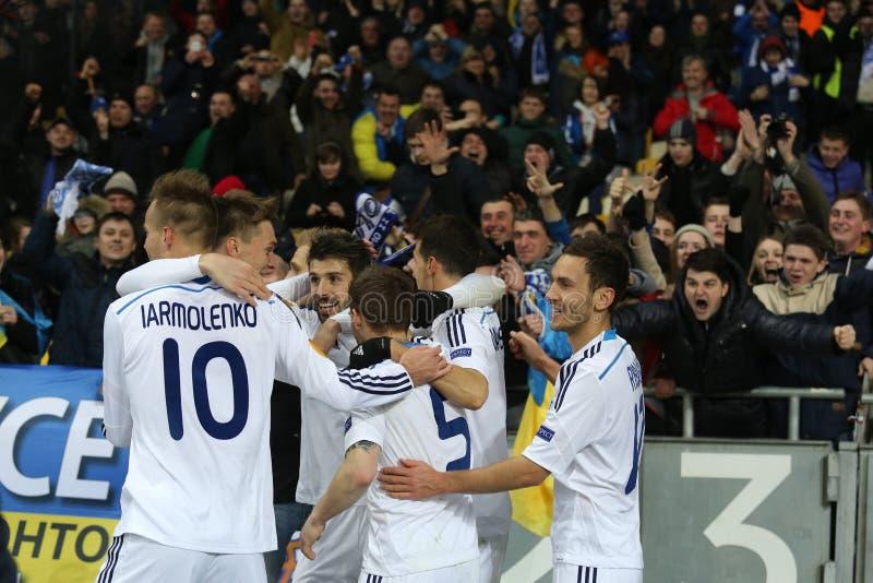 Ανεμιστήρες Kyiv δυναμό που γιορτάζουν το σημειωμένο στόχο με τους παίκτες, τον κύκλο ένωσης UEFA Ευρώπη της δεύτερης αντιστοιχία στοκ εικόνες