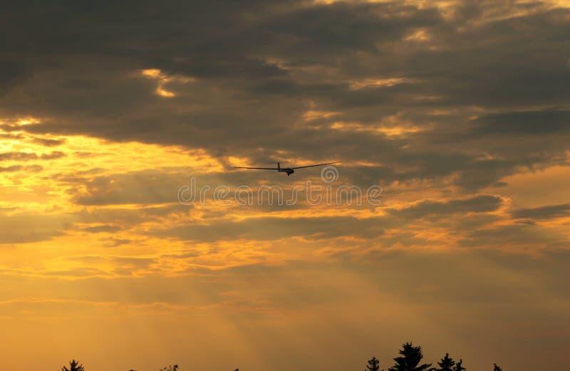 Ανεμοπλάνο στον πορτοκαλή ουρανό στοκ φωτογραφίες