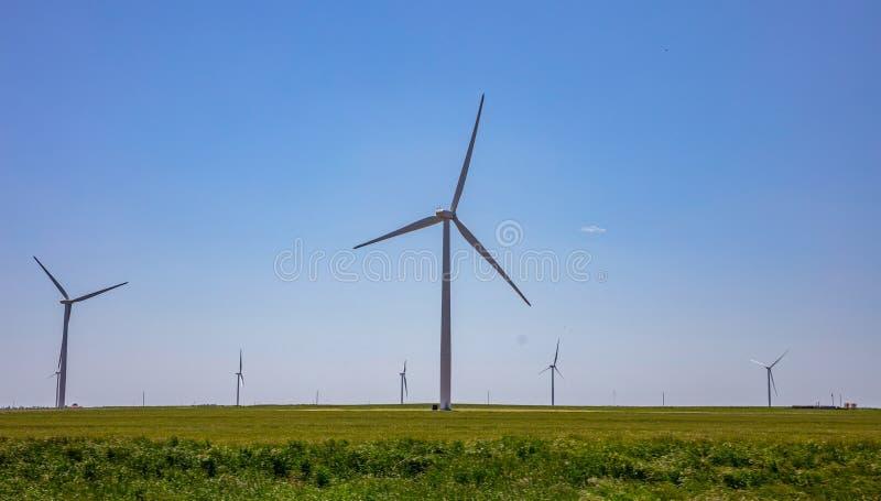 Ανεμοστρόβιλοι, ανανεώσιμη ενέργεια σε έναν πράσινο τομέα, ημέρα άνοιξη Αιολικό πάρκο, δυτικό Τέξας, ΗΠΑ στοκ εικόνα