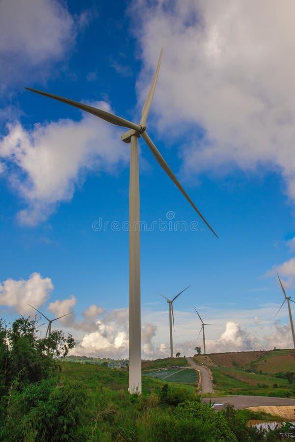 Ανεμοστρόβιλοι για πράσινο enegy στο βουνό με το μπλε ουρανό στοκ εικόνες