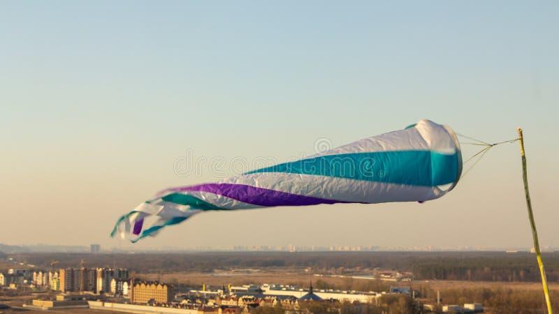 ανεμοστρόβιλος σε μπλε ουρανό μετρά την ταχύτητα του ανέμου στοκ εικόνα