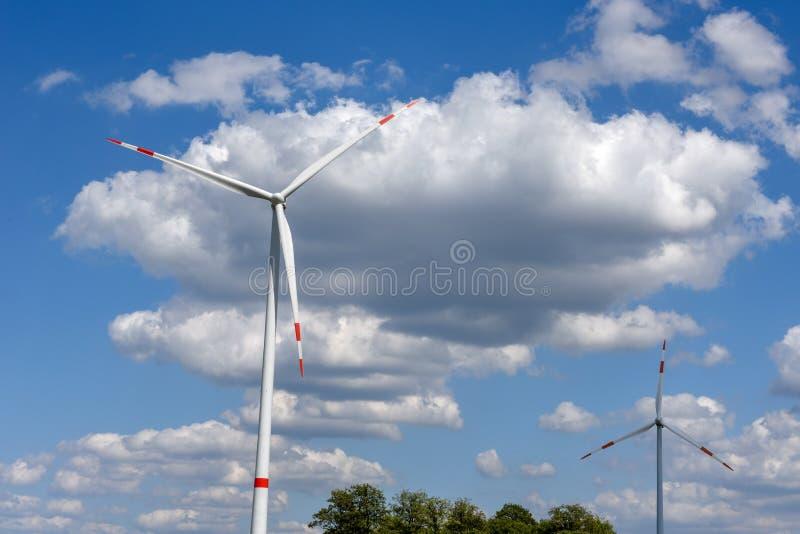 Ανεμόμυλοι στον ουρανό με σύννεφα στο Kassel της Γερμανίας στοκ φωτογραφίες με δικαίωμα ελεύθερης χρήσης