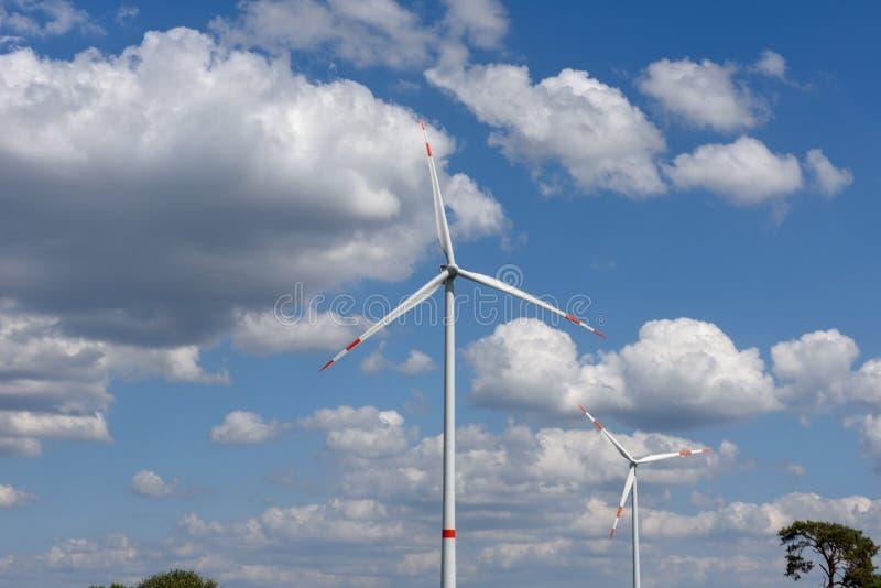 Ανεμόμυλοι στον ουρανό με σύννεφα στο Kassel της Γερμανίας στοκ εικόνα με δικαίωμα ελεύθερης χρήσης