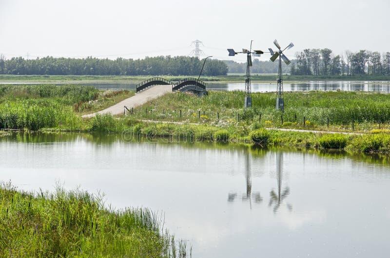 Ανεμόμυλοι, υγρότοποι και γέφυρα ανακύκλωσης στοκ φωτογραφία με δικαίωμα ελεύθερης χρήσης