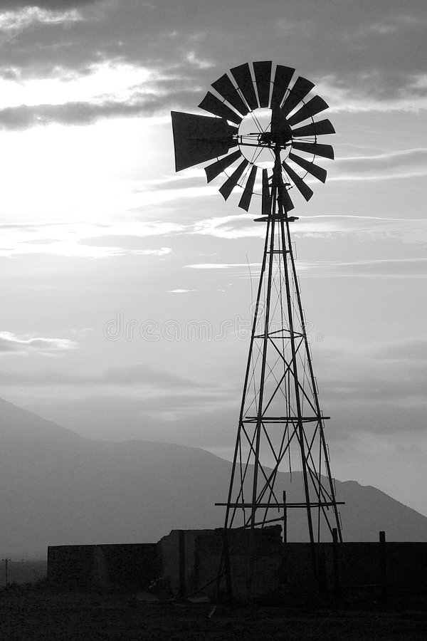 ανεμόμυλος ηλιοβασιλέ&mu στοκ φωτογραφία με δικαίωμα ελεύθερης χρήσης