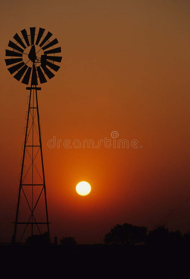 ανεμόμυλος ηλιοβασιλέ&mu στοκ εικόνα
