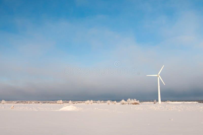 Ανεμόμυλος και μπλε ουρανός το χειμώνα στοκ εικόνα με δικαίωμα ελεύθερης χρήσης