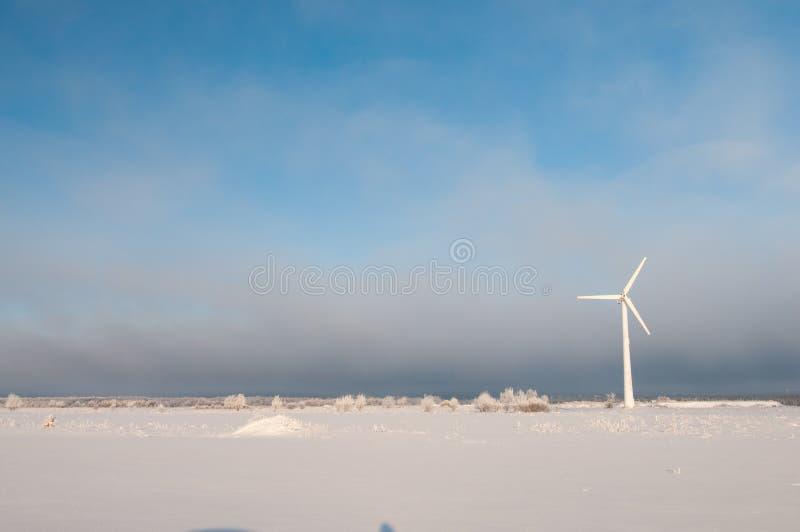 Ανεμόμυλος και μπλε ουρανός το χειμώνα στοκ εικόνα