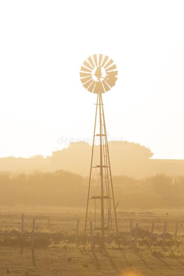 Ανεμόμυλος και ξηρό σκονισμένο τοπίο Αυστραλοί στοκ εικόνες με δικαίωμα ελεύθερης χρήσης