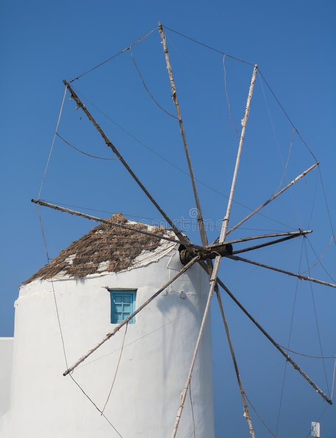 Ανεμόμυλος στο λιμένα νησιών Paros στοκ εικόνες