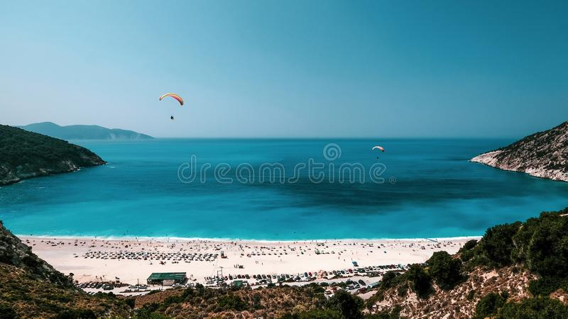 Ανεμόπτερα επάνω από την παραλία Myrtos, Kefalonia στοκ φωτογραφίες με δικαίωμα ελεύθερης χρήσης