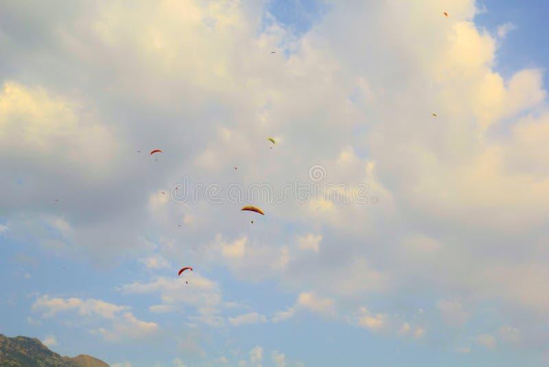 Ανεμόπτερα στο θερινό ουρανό Φωτογραφία ανεμόπτερου για το υπόβαθρο Θερινός ακραίος αθλητισμός μπλε ουρανός βουνών σύννεφων στοκ εικόνες με δικαίωμα ελεύθερης χρήσης