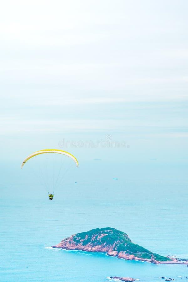 Ανεμόπτερο επάνω από τον ωκεανό στοκ εικόνες με δικαίωμα ελεύθερης χρήσης