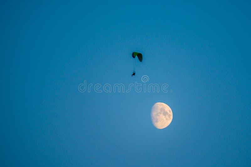 Ανεμόπτερο επάνω μέσα τον ουρανός τη νύχτα στοκ εικόνες με δικαίωμα ελεύθερης χρήσης