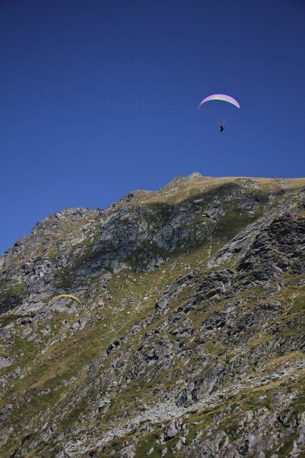 Ανεμόπτερο πέρα από τα βουνά στοκ εικόνα με δικαίωμα ελεύθερης χρήσης
