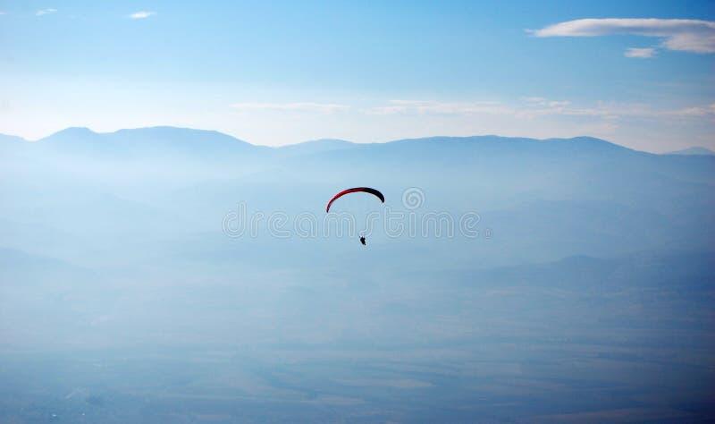 Ανεμόπτερο που πετά επάνω από ένα όμορφο τοπίο στοκ φωτογραφίες