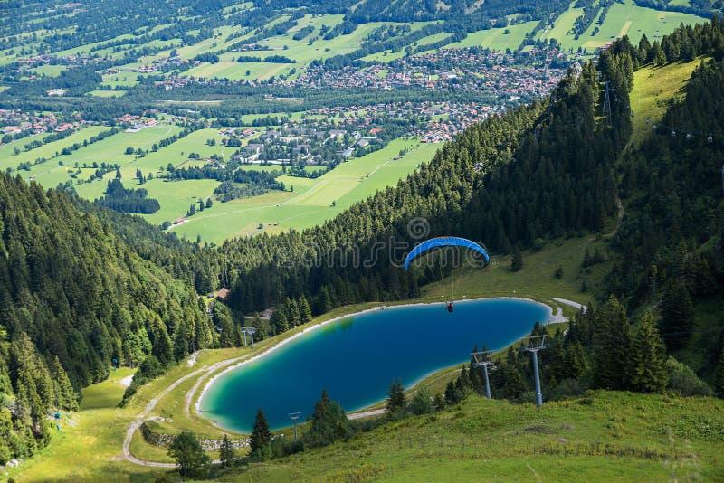 Ανεμόπτερο που πετά προς τα κάτω πέρα από τη λίμνη φραγμάτων στοκ εικόνες