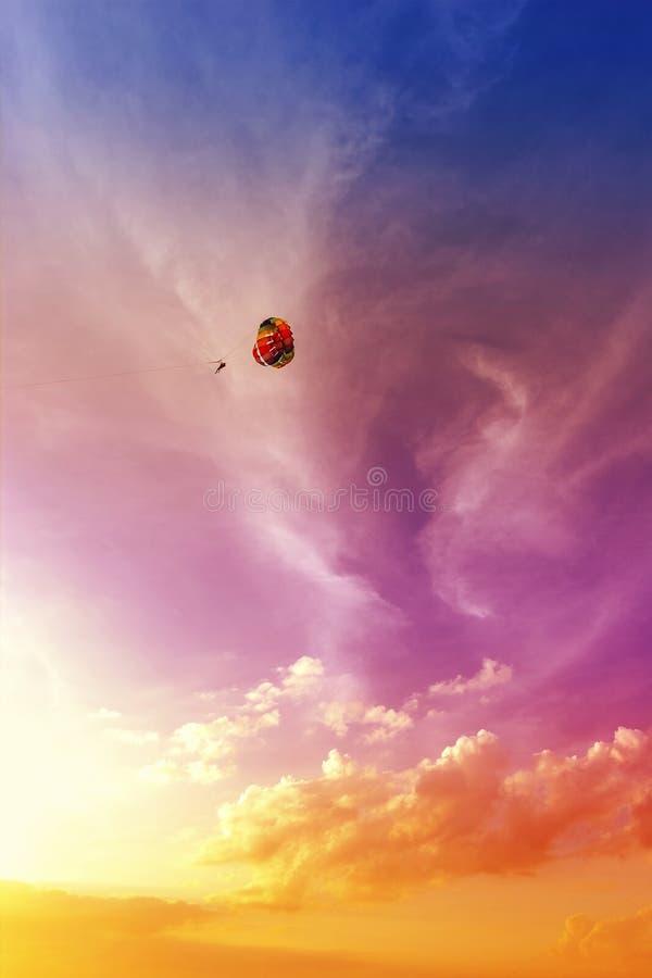Ανεμόπτερο στο όμορφο ηλιοβασίλεμα, θερινή περιπέτεια στη Μαλαισία στοκ φωτογραφία με δικαίωμα ελεύθερης χρήσης