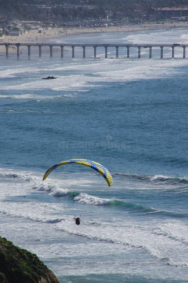 Ανεμόπτερο, surfers, κολυμβητές και περισσότεροι, Λα Χόγια, Καλιφόρνια στοκ φωτογραφία με δικαίωμα ελεύθερης χρήσης