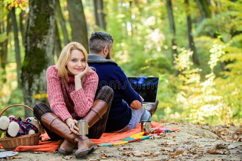 Ανεξάρτητος εργαζόμενος Διαδίκτυο ατόμων που εθίζεται gamer με το δασικό εθισμένο Διαδίκτυο σύζυγο lap-top Εργασία στο καθαρό αέρ στοκ εικόνες