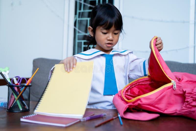 Ανεξάρτητος νέος σπουδαστής παιδικών σταθμών που προετοιμάζει την ουσία της πρίν πηγαίνει στο σχολείο στοκ φωτογραφία με δικαίωμα ελεύθερης χρήσης