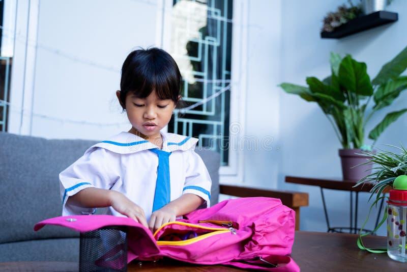 Ανεξάρτητος νέος σπουδαστής παιδικών σταθμών που προετοιμάζει την ουσία της πρίν πηγαίνει στο σχολείο στοκ εικόνες