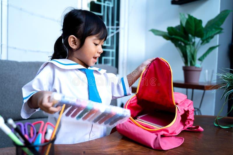 Ανεξάρτητος νέος σπουδαστής παιδικών σταθμών που προετοιμάζει την ουσία της πρίν πηγαίνει στο σχολείο στοκ εικόνα με δικαίωμα ελεύθερης χρήσης