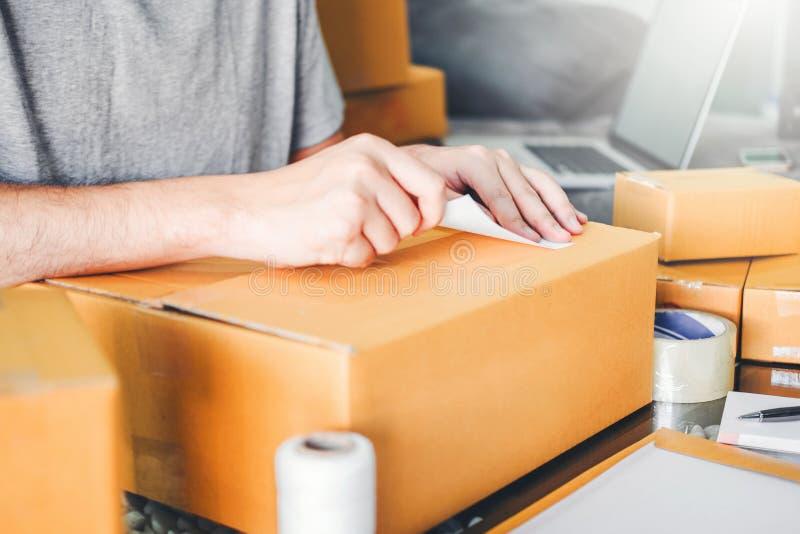 Ανεξάρτητο άτομο ΜΜΕ που συνεργάζεται με το συσκευάζοντας μικρό ιδιοκτήτη επιχείρησης επιχειρηματιών ξεκινήματος στο σπίτι, σε απ στοκ φωτογραφίες