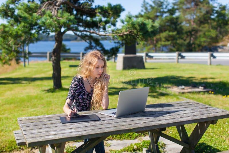 Ανεξάρτητο κορίτσι που εργάζεται στο lap-top στα όμορφα τοπία στοκ εικόνα με δικαίωμα ελεύθερης χρήσης