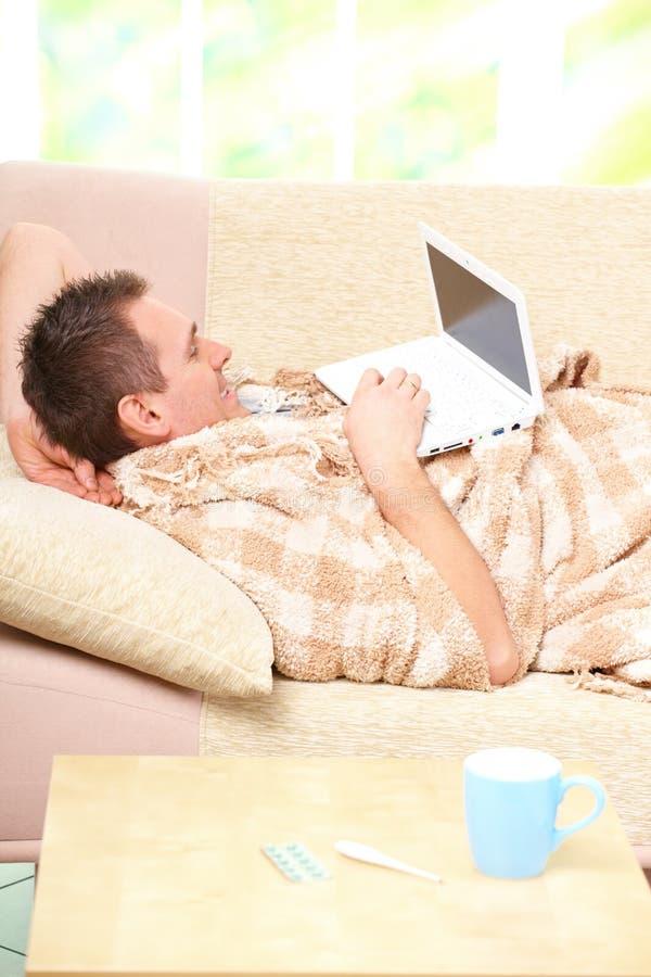 ανεπαρκής καναπές ατόμων τ&omi στοκ φωτογραφία με δικαίωμα ελεύθερης χρήσης