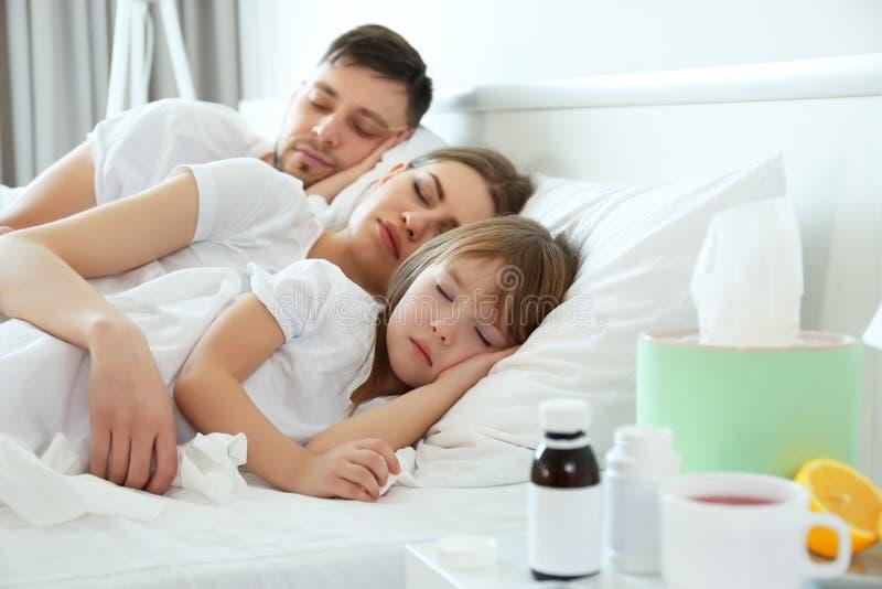 Ανεπαρκής οικογενειακός ύπνος στο κρεβάτι στοκ φωτογραφία με δικαίωμα ελεύθερης χρήσης