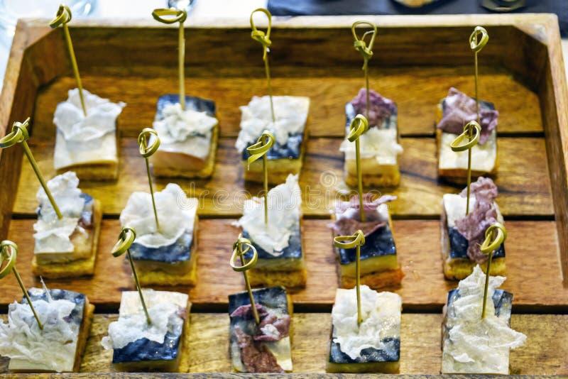 Ανεφοδιασμός υπηρεσιών τομέα εστιάσεως: Κόμβοι των φυσικών οβελιδίων μπαμπού στα καναπεδάκια ψαριών σκουμπριών που τοποθετούνται  στοκ φωτογραφίες