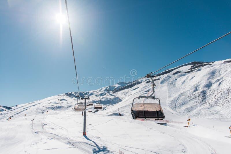 Download Ανελκυστήρες κατά τη διάρκεια της φωτεινής χειμερινής ημέρας Στοκ Εικόνες - εικόνα από έδρα, δύσκολος: 62705906