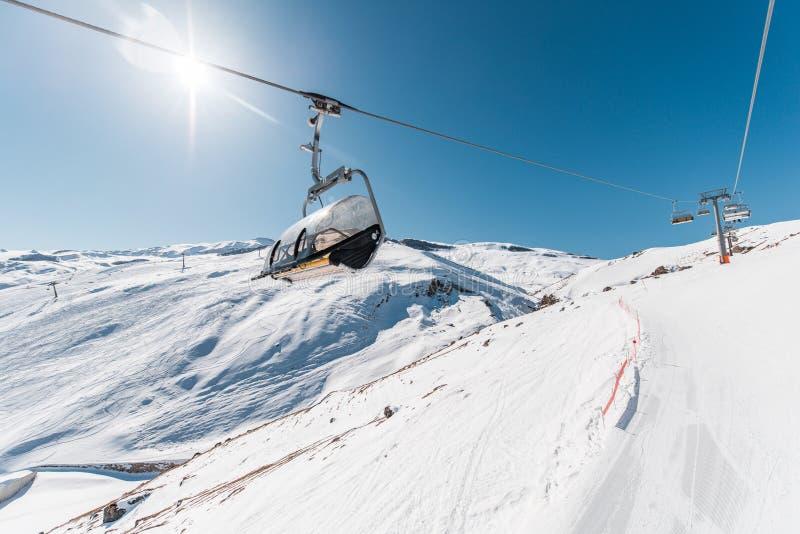 Download Ανελκυστήρες κατά τη διάρκεια της φωτεινής χειμερινής ημέρας Στοκ Εικόνα - εικόνα από σκιέρ, χριστούγεννα: 62706033