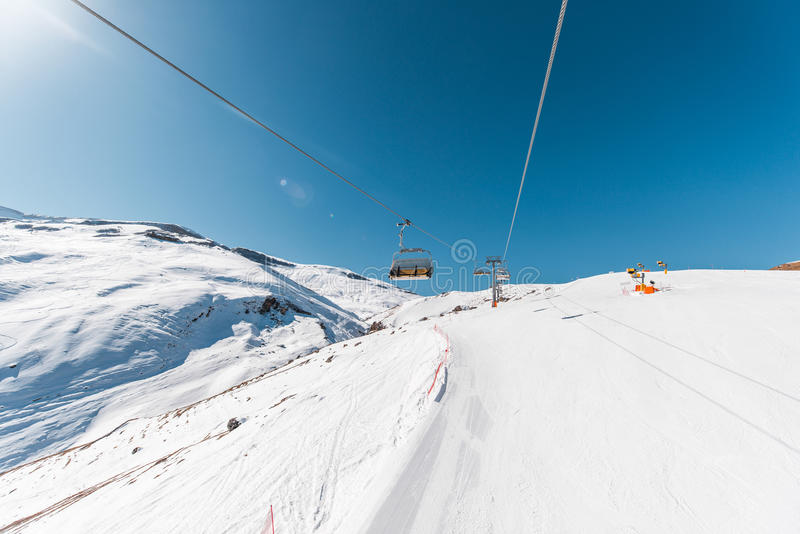 Download Ανελκυστήρες κατά τη διάρκεια της φωτεινής χειμερινής ημέρας Στοκ Εικόνα - εικόνα από βουνό, τετράγωνο: 62706051