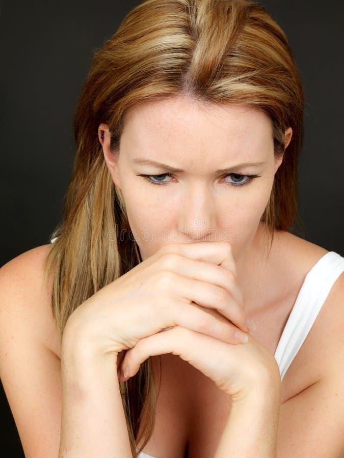 Ανησυχημένη ανήσυχη δυστυχισμένη νέα γυναίκα στη βαθιά σκέψη στοκ εικόνα
