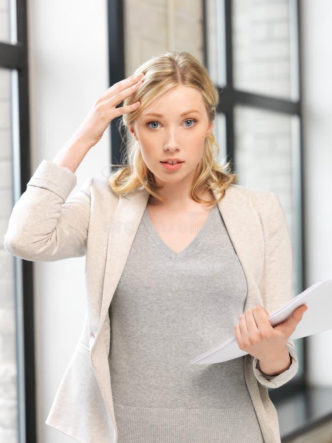 Ανησυχημένη γυναίκα με τα έγγραφα στοκ φωτογραφία με δικαίωμα ελεύθερης χρήσης