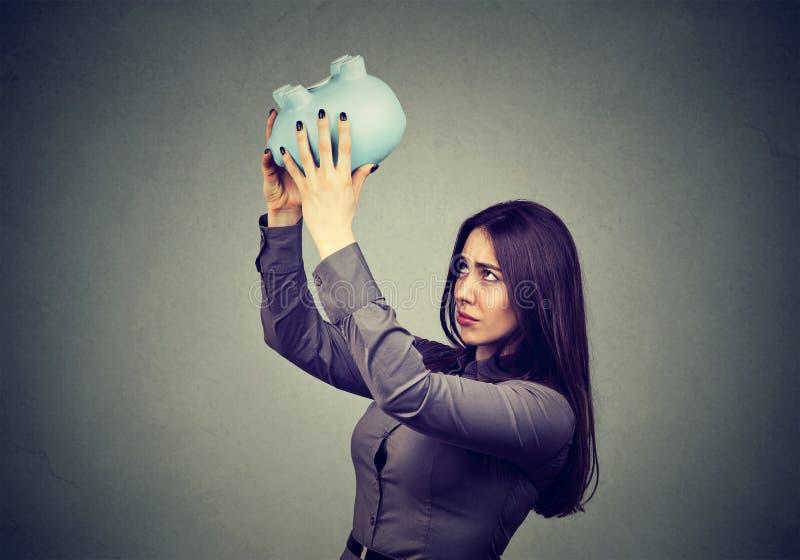 Ανησυχημένη γυναίκα με την κενή piggy τράπεζα στοκ φωτογραφίες με δικαίωμα ελεύθερης χρήσης