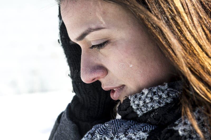 Ανησυχημένη γυναίκα στο χιονισμένο τοπίο τομέων στοκ φωτογραφία