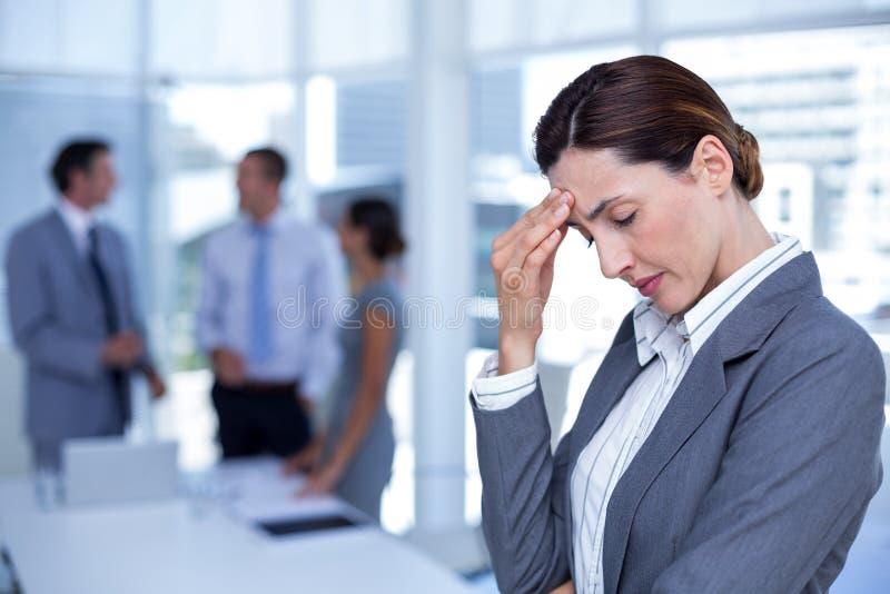 Ανησυχημένη επιχειρηματίας με το κεφάλι σε ένα χέρι στοκ φωτογραφία με δικαίωμα ελεύθερης χρήσης