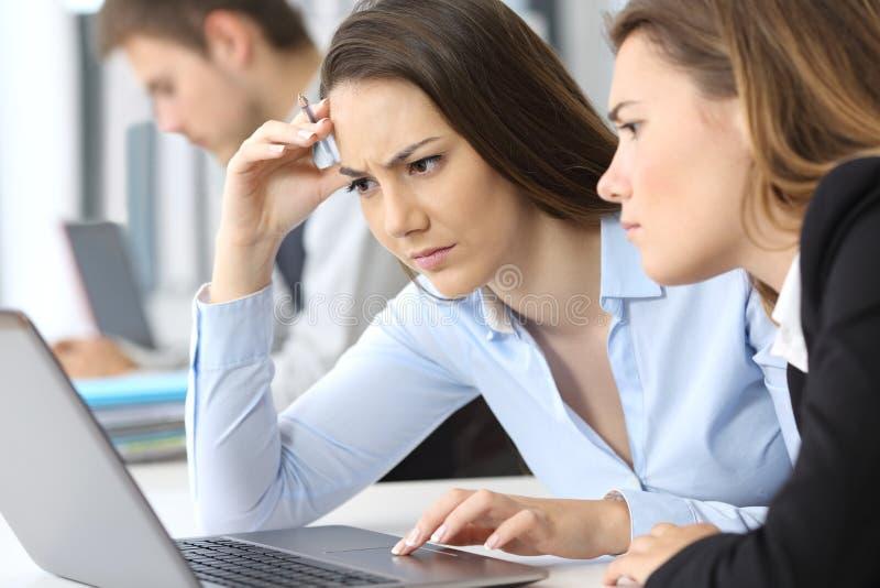 Ανησυχημένη εργασία επιχειρηματιών σε απευθείας σύνδεση στοκ εικόνες