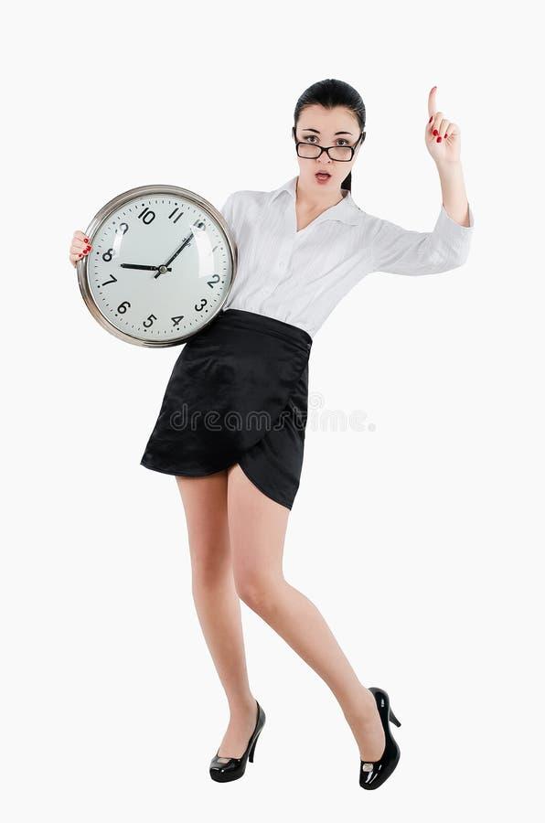 Ανησυχημένη, συγκλονισμένη επιχειρησιακή γυναίκα που κρατά ένα μεγάλο ρολόι Ο άσπρος ISO στοκ φωτογραφίες