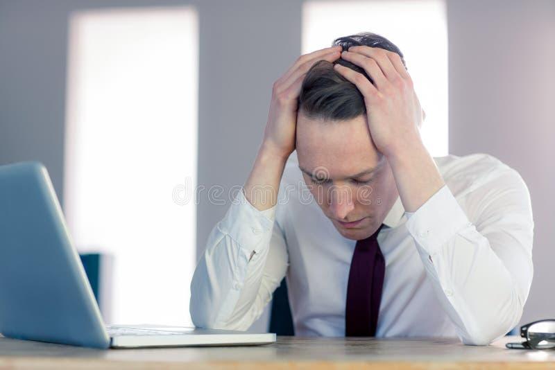 Ανησυχημένος επιχειρηματίας με το κεφάλι στα χέρια στοκ φωτογραφίες με δικαίωμα ελεύθερης χρήσης